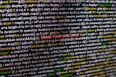 Foto macra de la pantalla de ordenador con código fuente del programa y BORRADO destacado SU inscripción del DISCO DURO en el cen fotografía de archivo libre de regalías
