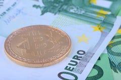 Foto macra - fondo de la moneda europea, del euro, y del bitcoin Fotografía de archivo libre de regalías