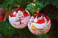Foto macra Juguetes de cristal brillantes del árbol de navidad Foto de archivo