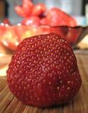 Foto macro com fundo decorativo de bagas vermelhas brilhantes da morango Foto de Stock