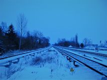 Foto macro com um contexto da paisagem e uma textura decorativos dos trilhos da estrada de ferro no ambiente europeu Imagem de Stock