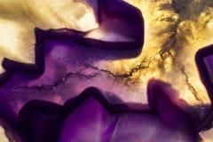 Foto macro de uma fatia roxa colorida da rocha da ágata Imagem de Stock