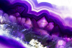 Foto macro de uma fatia roxa colorida da rocha da ágata Fotos de Stock Royalty Free