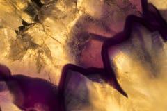 Foto macro de uma fatia roxa e amarela colorida da rocha da ágata Fotografia de Stock