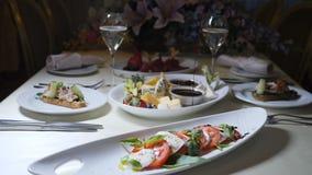 Foto macro do alimento art O cozinheiro chefe no restaurante derrama o vinagre de vinho na salada de Caprese no movimento lento C video estoque