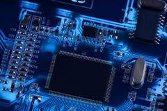 Foto macro do circuito eletrônico. PWB na iluminação. Imagens de Stock