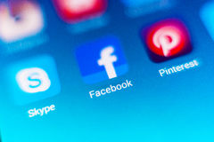 Foto macro do sinal do facebook e barra da busca no telefone celular Fotografia de Stock Royalty Free