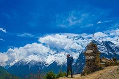 Foto-Mann-Reisend-Wanderer-Gebirgsweise Junger Guy Looking Away Take Rest Sunny Terrace Path Zieleinheit des Schnees landscape Lizenzfreies Stockbild