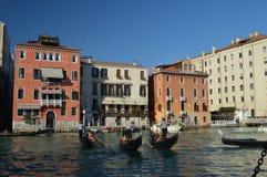 Foto maravillosa en la puesta del sol de Grand Canal con tres turistas que caminan de Gondolors en Venecia Viaje, días de fiesta, fotografía de archivo