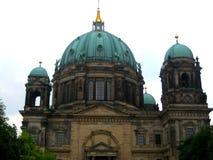 Foto med bakgrunden av arkitektonisk forntida byggnad av den historiska monumentet av det tyska folket i Berlin hemma Arkivbilder