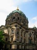 Foto med bakgrunden av arkitektonisk forntida byggnad av den historiska monumentet av det tyska folket i Berlin hemma Royaltyfria Foton
