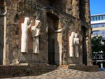 Foto med bakgrunden av skulpturerna av en arkitektonisk monument av minnesmärkekyrkan i Berlin Royaltyfri Bild