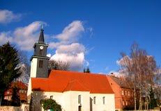 Foto med bakgrunden av strukturen av den traditionella tyska arkitekturen av kyrkan i staden av Berlin Arkivfoton
