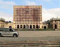Foto med de förstörda byggnaderna av den regerings- komplexa stads- infrastrukturen i stridigheten och bombning i Kaukasuset Royaltyfri Fotografi
