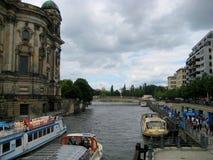 Foto med fartyg och skepp för nöje för landskapbakgrundsflod i staden Royaltyfria Foton