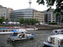 Foto med grupper av turist- och semesterfiraresommarsäsongen på de flodkryssningskeppen och taxina på flodfesten Arkivbild