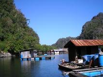 Foto med tropiska skogar för landskapbakgrund av skärgården av den Langkawi fisklantgården i Malaysia Arkivbilder