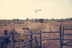 Foto melancólica del campo con el molino de viento viejo Foto de archivo libre de regalías