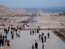 Foto met de achtergrondmenigten op het toeristengebied van de woestijn van Egypte stock afbeelding