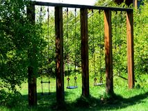 Foto mit dem Architekturbau des hölzernen Schwingens gemacht vom natürlichen Bauholz Stockfotografie
