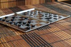 Foto mit einem Bild eines Schach Stahlbrettes und der Schachfiguren, Metallschachfiguren auf einem Schach Brett mit Reflexion Stockbild