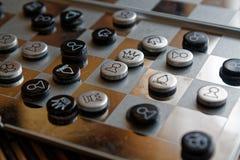 Foto mit einem Bild eines Schach Stahlbrettes und der Schachfiguren, Metallschachfiguren auf einem Schach Brett mit Reflexion Stockfoto