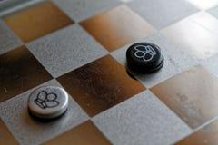 Foto mit einem Bild eines Schach Stahlbrettes und der Schachfiguren, Metallschachfiguren auf einem Schach Brett mit Reflexion Lizenzfreies Stockfoto