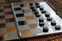 Foto mit einem Bild eines Schach Stahlbrettes und der Schachfiguren, Metallschachfiguren auf einem Schach Brett mit Reflexion Stockbilder