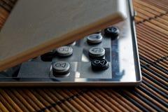 Foto mit einem Bild eines Schach Stahlbrettes und der Schachfiguren, Metallschachfiguren auf einem Schach Brett mit Reflexion Lizenzfreies Stockbild