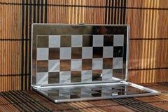 Foto mit einem Bild eines Stahlschach Brettes Metallbrett mit Reflexion Lizenzfreie Stockfotos