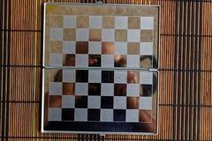 Foto mit einem Bild eines Stahlschach Brettes Metallbrett mit Reflexion Lizenzfreies Stockbild