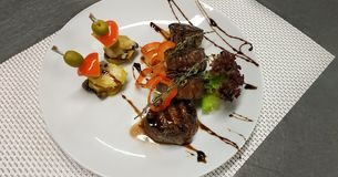 Foto mit Lebensmittel Medaillons mit Kartoffelgratin stockfoto