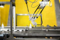 Foto moderna del primo piano del braccio del robot fotografia stock libera da diritti