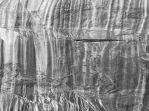 Foto monocromática de la cara de la roca del granito Imagen de archivo