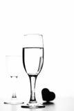 Foto monocromática del champán en la tabla blanca en el fondo blanco Imagen de archivo