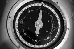 Foto monocromatica di vecchio ripetitore nautico della girobussola fotografie stock