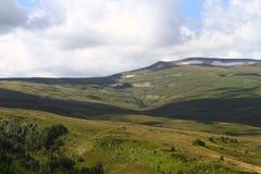 Foto natural da paisagem da paisagem bonito da montanha com luz - céu nebuloso azul no fundo foto de stock royalty free