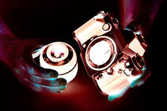 Foto negativa da câmera de SLR no close up do fotógrafo das mãos Imagem de Stock Royalty Free