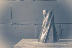 Foto nel vecchio stile dell'annata Il vaso rosso luminoso dell'oggetto ha stampato dalla stampante 3d Fotografie Stock Libere da Diritti