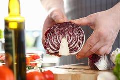 Foto orgânica da couve de Male Chopping Purple do cozinheiro chefe fotos de stock