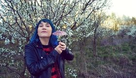A foto original da forma de uma moça no cabelo azul imagem de stock royalty free