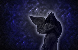 Foto oud standbeeld van een engel bij nacht Stock Fotografie