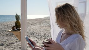 Foto på telefonen i minne, kokosnöt i händer av flickan, barn arkivfilmer