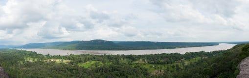 Foto panorámica del río de Mae Khong como frontera natural entre Tailandia y Laos imágenes de archivo libres de regalías