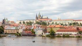 Foto panorámica El caminar en las calles de Praga Imagen de archivo