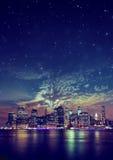 Foto panorâmico da cidade, arranha-céus da noite Imagens de Stock