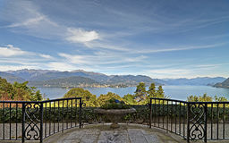 Foto panorâmico do lago no stresa fotografia de stock royalty free