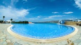 Foto panoramica con lo stagno di infinito il giorno di estate luminoso fotografie stock