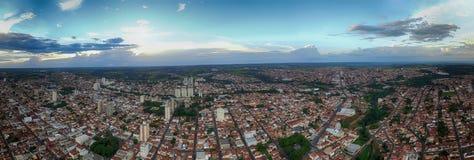 Foto panoramica della città Botucatu - Sao Paulo, Brasile - al tramonto fotografia stock libera da diritti