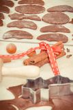 Foto, pasta, ingredientes y accesorios del vintage para el pan de jengibre que cuece, concepto del tiempo de la Navidad Fotografía de archivo libre de regalías